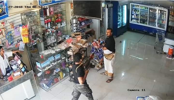 مسلحي الانتقالي بقيادة علي الصياء يقتحمون سوبر ماركت في عدن بسبب طعم القات