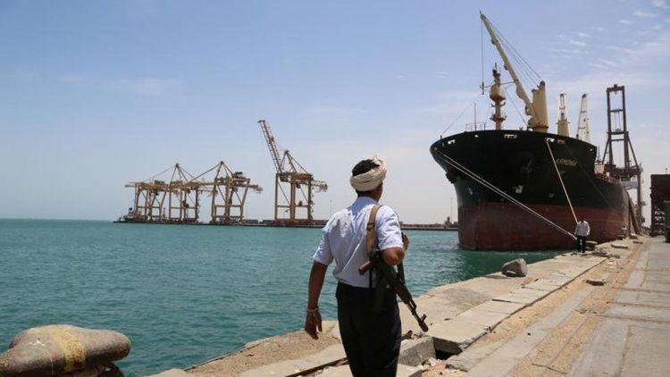 صحيفة : مليشيا الحوثي تنقل صواريخ بالستية ومعدات عسكرية إلى الحديدة