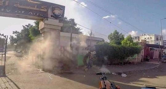 شاهد فيديو خطير للعملية الإرهابية التي أستهدفت حراسة كلية الآداب في عدن