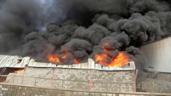 قصف حوثي يتسبب باشتعال حريق هائل في مخازن لمنظمة الأغذية العالمية بالحديدة (صورة)