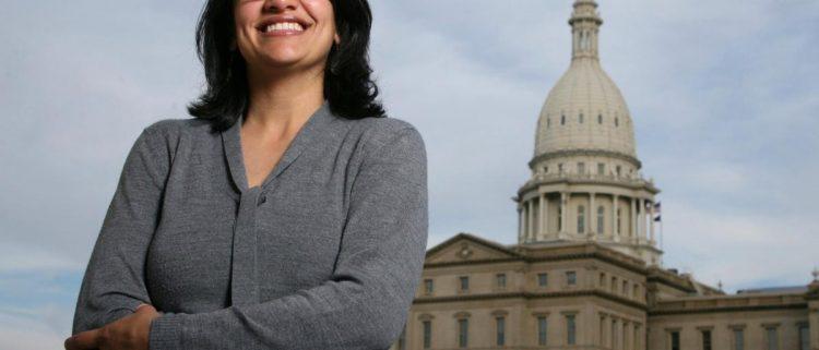 شاهد بالصورة.. هذا ما فعلته أول امرأة مسلمة في الكونجرس الأمريكي حينما لم تجد اسم فلسيطن على الخارطة