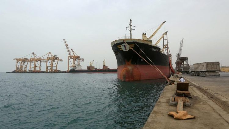 التحالف العربي يعلن إصدار 24 تصريحاً لسفن متوجهة للموانئ اليمنية