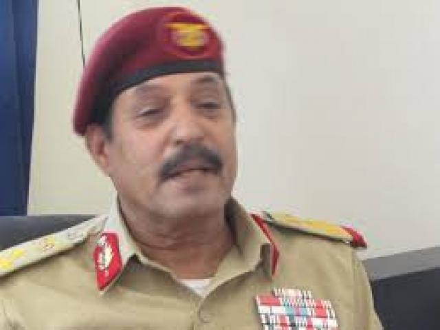 بعد إصابته في قاعدة العند.. شاهد أول ظهور لرئيس هيئة الإستخبارات اليمنية