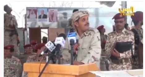 قناة اليمن تنشر فيديو واضح لحظة استهداف طائرة بدون طيار لعرض عسكري بقاعدة العند الجوية