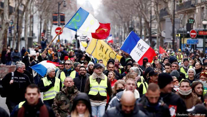 الشرطة الفرنسية تفرق متظاهري السترات الصفراء في تاسع موجة من الاحتجاجات