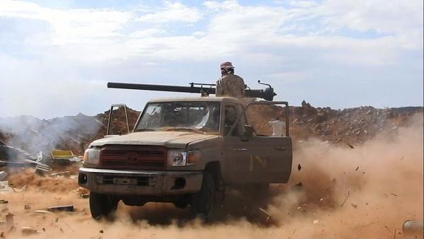 قوات الجيش تشن هجوما على مواقع المليشيا غرب تعز وفرار حوثيين باتجاه الحديدة