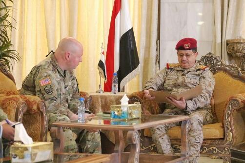 في لقاءه مع الملحق العسكري الأمريكي.. وزير الدفاع يبحث سبل بناء قدرات الجيش اليمني