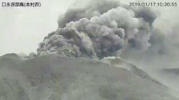 بركان يثور جنوب اليابان ولا أوامر بالإخلاء