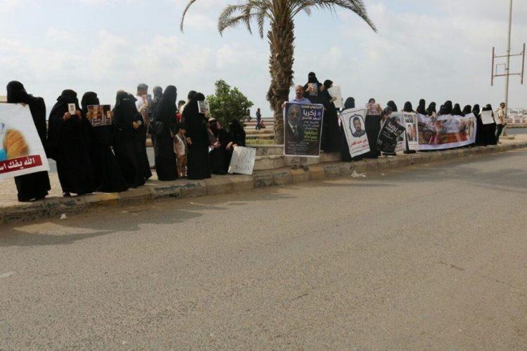 """هي الثانية من نوعها خلال اسبوع.. وقفة احتجاجية نسائية في عدن تطالب بالكشف عن مصير المعتقل بسجون الامارات """"زكريا قاسم"""""""