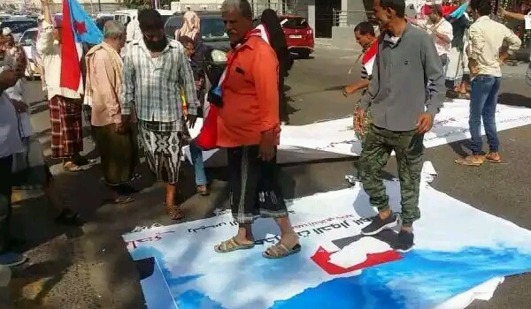 المجلس الإنتقالي المدعوم إماراتيا يمزق صور خاصة بمخرجات الحوار.. ويهدد الحكومة الشرعية