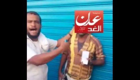 """بالفيديو.. القبض على محتال يبيع قطع """"سيراميك"""" على انها جوالات في عدن"""