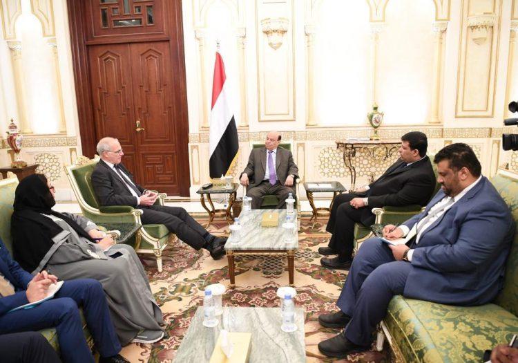 خلال استقباله السفير البريطاني.. هادي يؤكد حرص الحكومة على إحلال السلام رغم تعنت الحوثي