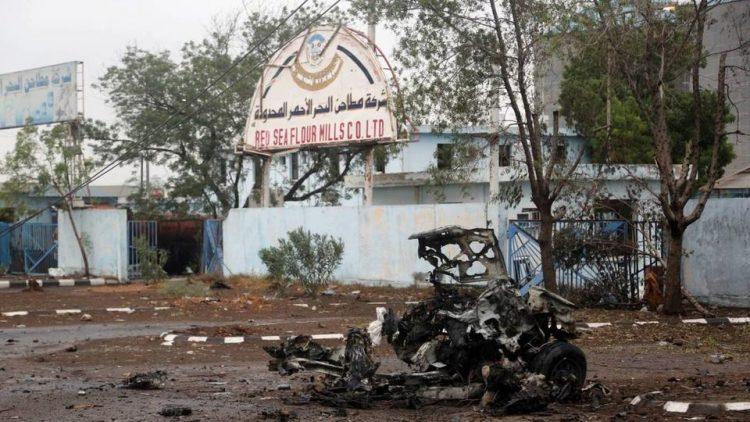 """مليشيا الحوثي تجدد قصفها مطاحن """"البحر الأحمر"""" في الحديدة"""