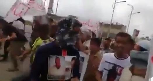 """فيديو.. ابناء عدن في مظاهرة غاضبة يهتفون """"ياشلال يا كذاب ياداعم الارهاب"""""""