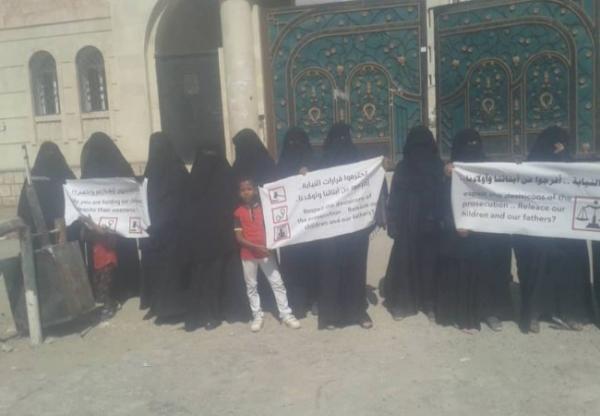 تزايد الغضب الشعبي ضد الامارات … حضرموت: وقفة احتجاجية لأمهات المعتقلين بالمكلا يطالبن بتنفيذ قرارات النيابة