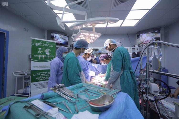 فريق طبي تابع لمركز الملك سلمان يجري 5 عمليات قلب مفتوح و13 قسطرة علاجية عمليات في المكلا