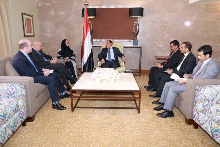 تفاصيل لقاء الفريق علي محسن الاحمر مع السفير البريطاني لدى اليمن
