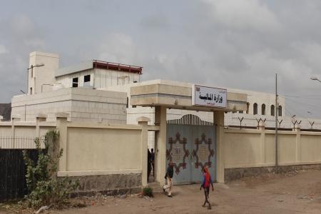 تدشين وزارة المالية العمل من مبناها الجديد في العاصمة المؤقتة عدن