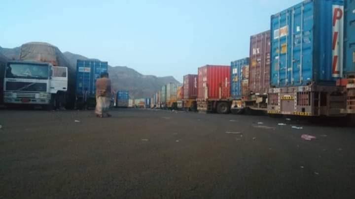 الحكومة اليمنية تدين احتجاز مليشيا الحوثي لــ28 شاحنة إغاثية بمحافظة إب