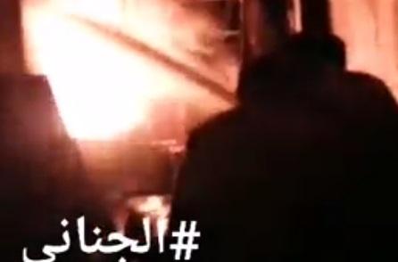 """قصف حوثي يتسبب بنشوب حريق هائل في مصانع اخوان ثابت جنوب الحديدة """"فيديو"""""""