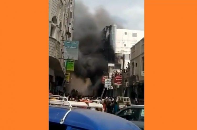 أنباء عن وقوف قيادي في الحزام الأمني خلفه.. حريق يلتهم عمارة كاملة في عدن