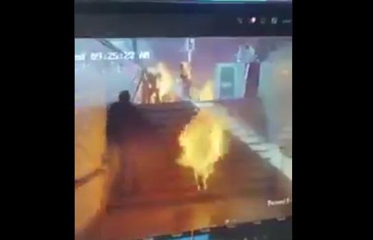 """شاهد فيديو لشاب مصري شجاع ينقذ اشخاص """"محروقين"""" في حادث قطار محطة مصر"""