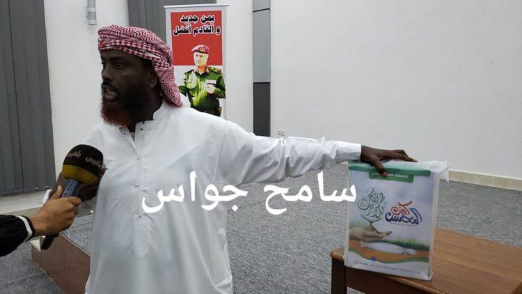 لا يفارقه لحظة.. شاهد إمام وخطيب يحمل كفنه بيده في العاصمة المؤقتة عدن