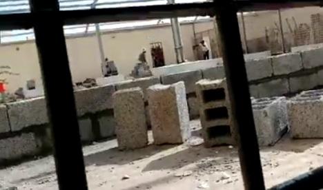 """بحجة البحث عن جوالات لدى المعتقلين.. قوة من الحزام الأمني تقتحم """"سجن بير أحمد"""" بعدن وتعتدي على المعتقلين"""