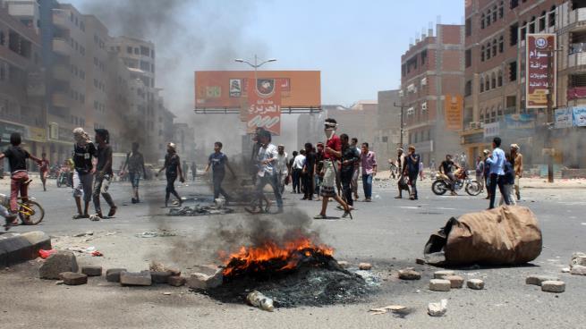 اتساع رقعة الاحتجاجات ضد القوات الموالية للإمارات في عدن والداخلية تشكل لجنة تحقيق