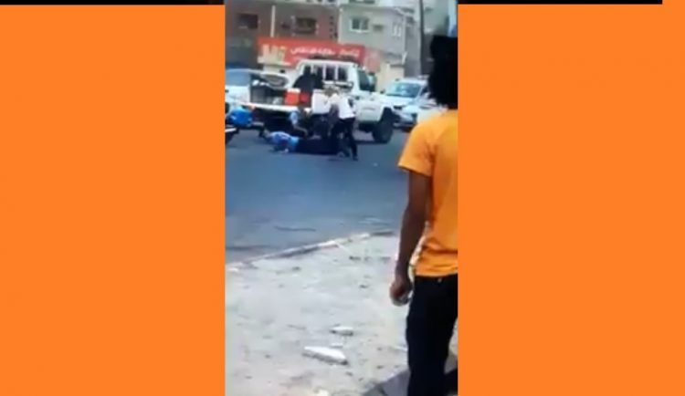 شاهد بالفيديو.. مليشيات الانتقالي تعتدي على رجال المرور في عدن