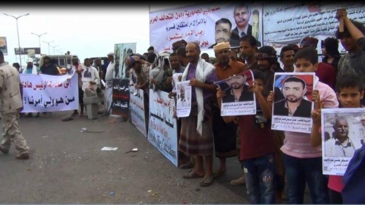 عدن.. احتجاجات كبيرة لمشائخ يافع ضد مليشيات الامارات، وتطالب بتسليم قتلة ابناء المنطقة