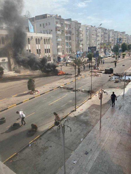 بعد مقتل مواطن في سجون الإمارات السرية.. مواطنون يغلقون طريقاً رئيسياً في البريقة بعدن