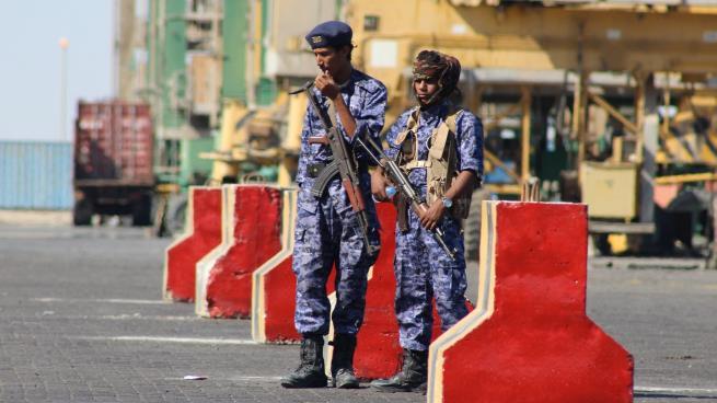 موظفون حكوميون يسردون معاناتهم مع نقاط الحزام الامني وهم في طريقهم إلى عدن