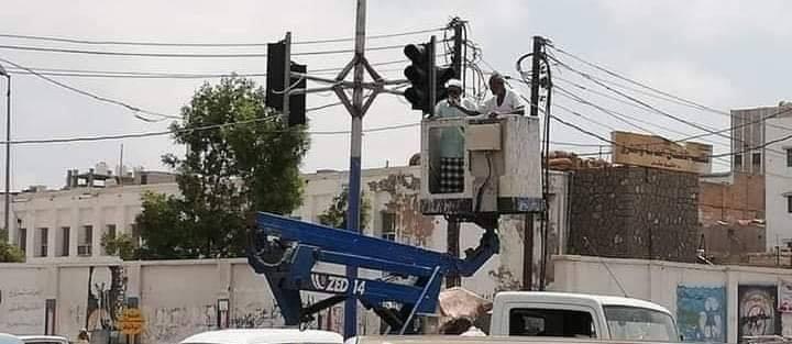 بعد غياب دام عشرات السنين.. إشارات المرور تعود إلى العاصمة المؤقتة عدن