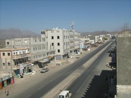 احتجاجًا على مقتل مواطن في عدن.. مواطنون في ردفان يقطعون خط عدن الضالع