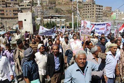 أبناء تعز ينفذون وقفة احتجاجية للمطالبة بالقبض على قتلة أفراد حماية مقر الشرطة العسكرية