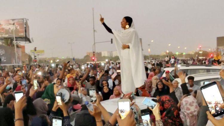 """تعرف على """"آلاء صلاح"""" أيقونة ربيع السودان"""
