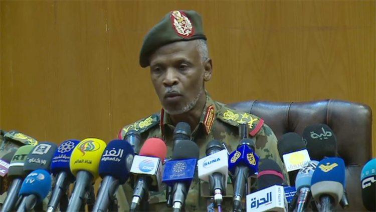 بعد ساعات من أدائه اليمين الدستورية.. رئيس المجلس العسكري الإنتقالي في السودان يتنازل عن منصبه