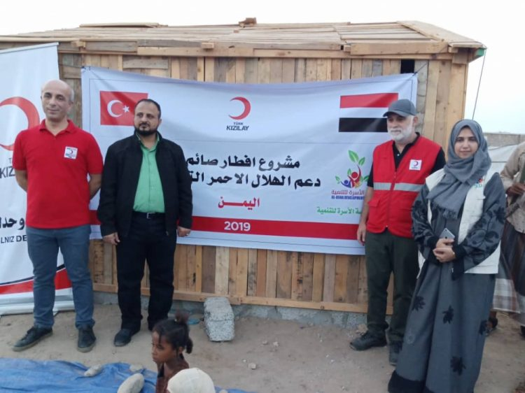 عدن: مدير البريقة يدشن مشروع إفطار الصائم لمخيم النازحين بمدينة الشعب