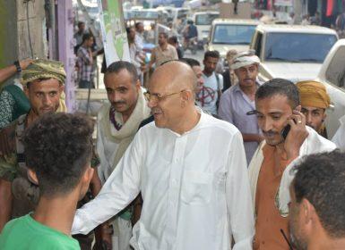 محافظ تعز يلتقي رجال الأمن ويتفقد عدد من الأحياء والنقاط الأمنية في المدينة