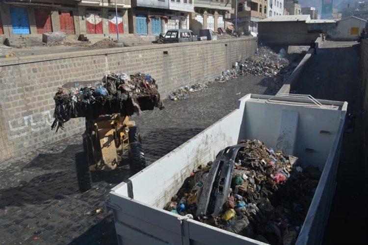 بعد انتشار أكوام القمامة.. تدشين مشروع النظافة المستدامة وإزالة المخلفات في تعز