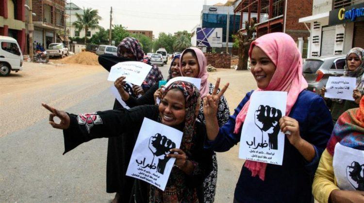 البدء بإضراب عام في المؤسسات بالسودان والمهدي يحذر من التصعيد