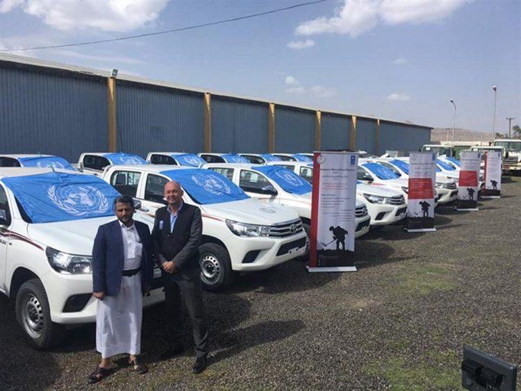 مليشيا الحوثي تستعرض بسيارات للأمم المتحدة في شوارع الحديدة وتستخدمها لزراعة الألغام