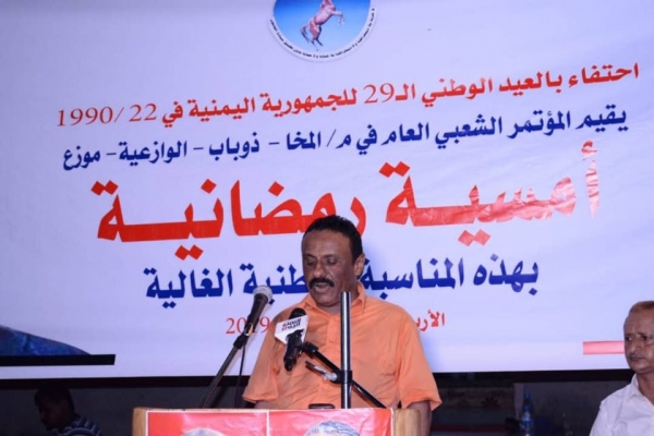الإمارات تسعى لتسليم مديريات تعز الساحلية لأكبر مهرب أسلحة وخمور في الساحل الغربي