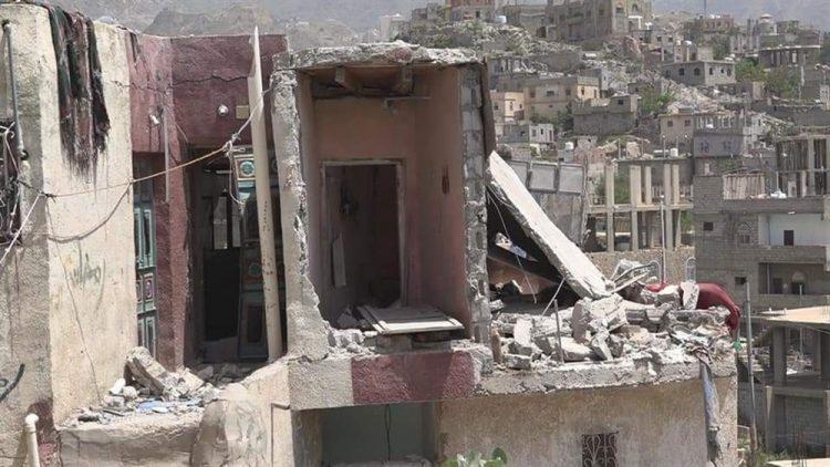 إصابة طفلة وتهدم منزل بقصف لمليشيا الحوثي على حي سكني في مدينة تعز