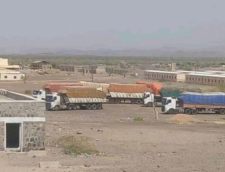 تحمل تصاريح الدعم والاسناد.. قوات الجيش تلقي القبض على شاحنات تحمل مواد مهربة لمليشيا الحوثي بلحج (وثيقة)