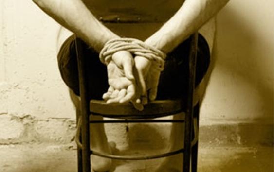 منظمة حقوقية: آلاف المعتقلين اليمنيين يتعرضون للتعذيب المميت في سجون مليشيا الحوثي والقوات الإماراتية