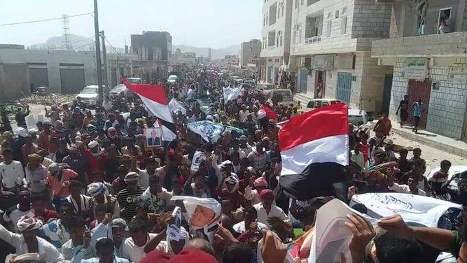 بالصور والفيديو.. مظاهرة شعبية حاشدة في سقطرى تطالب بطرد الامارات.. ودعماً للرئيس هادي والسلطة المحلية