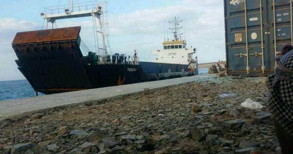 يشتبه وجود أسلحة.. الإمارات ترفض تفتيش سفينة تابعة لها في سقطرى ونشوب خلافات بينها وبين المحافظ