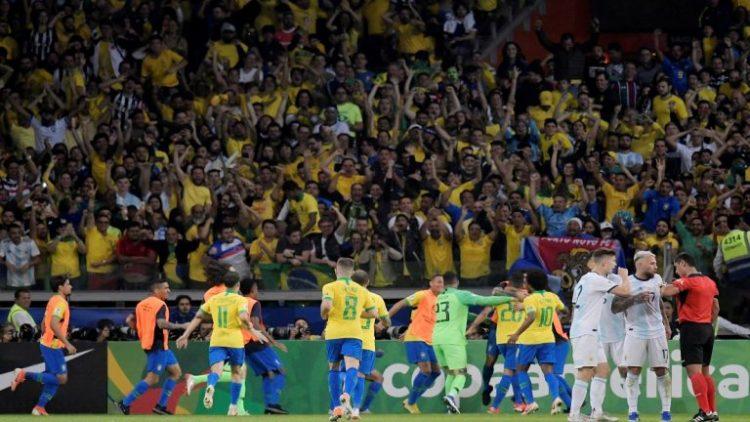 بثنائية نظيفة.. البرازيل تنتزع فوزاً ثميناً من الأرجنتين وتتأهل لنهائي بطولة كوبا